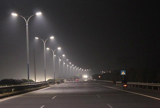 懸吊式路燈,單臂路燈,公園河道街道專用路燈案例